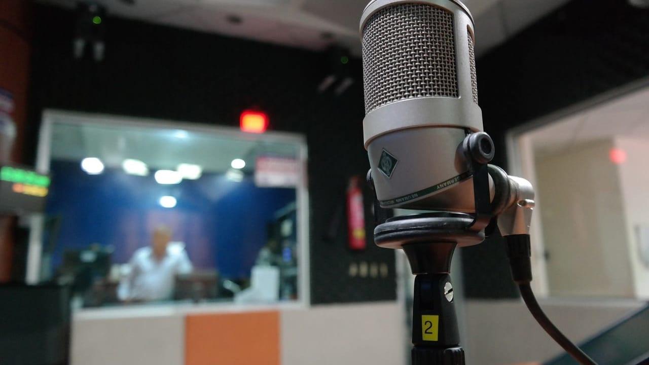 ラジオのブースとマイク