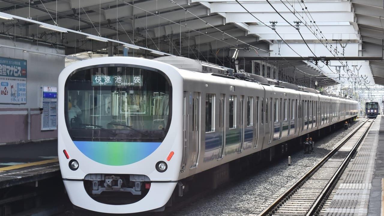 西武池袋線の秋津駅に停車する電車