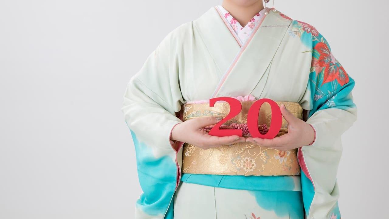 20の数字を持つ振り袖姿の女性