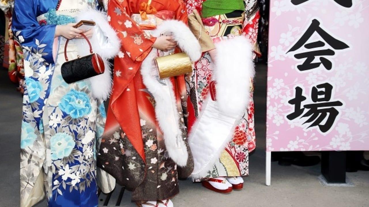 成人式に参加する振り袖姿の女性たち